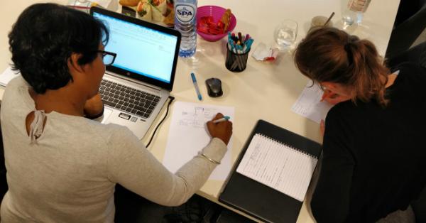 Twee deelnemers werken aan hun teksten