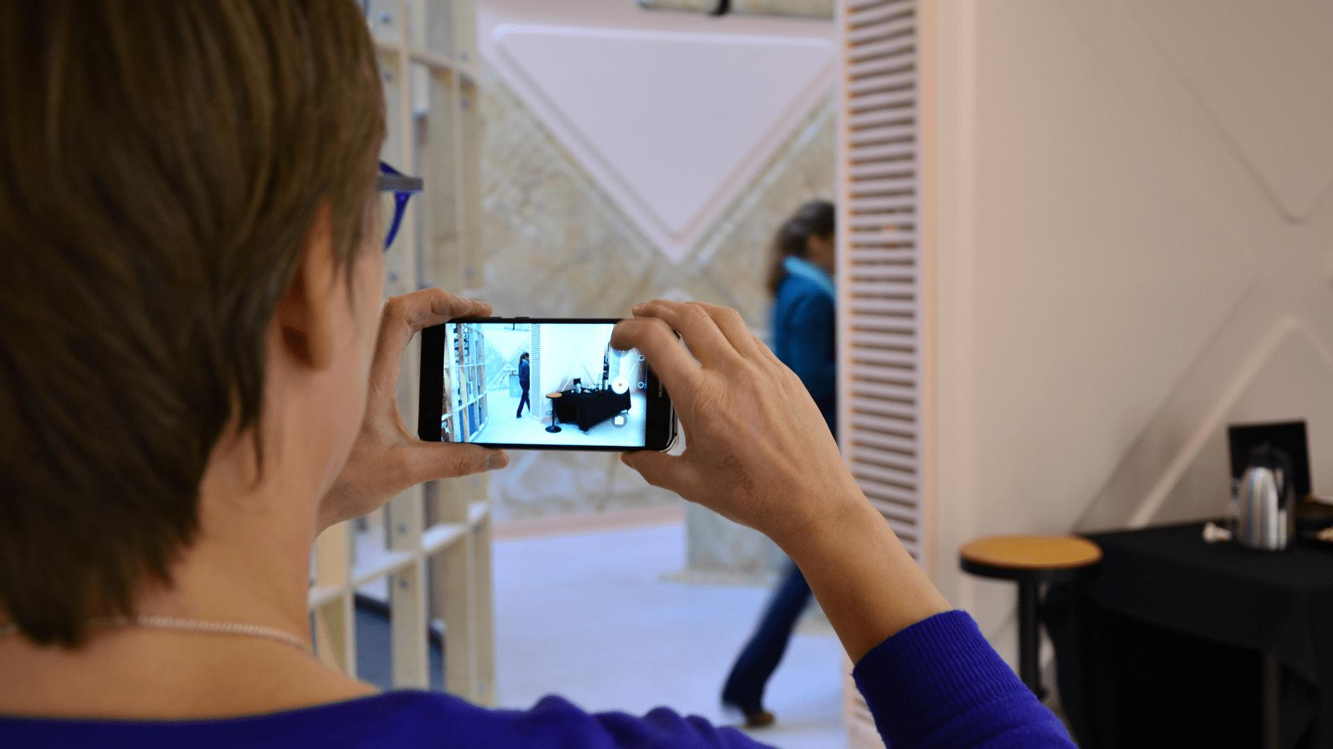 Vrouw maakt video-opname met haar smartphone